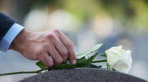 Como se comportar em um funeral